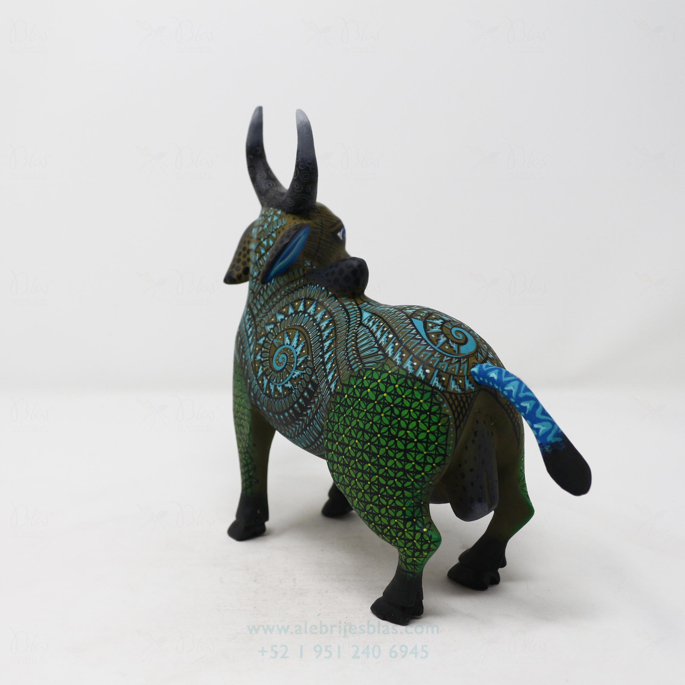 Alebrije Toro tallado por Ángel Ramírez