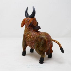 Toro tallado en madera por Ángel Ramírez