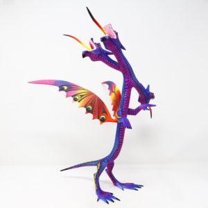 Dragón de tres cabezas tallado en madera de copal por Melecio Blas